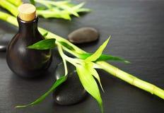 禅宗玄武岩石头、瓶有按摩油的和竹子 免版税库存图片