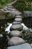 禅宗石道路在横跨一个平静的池塘的日本庭院里Ok的 免版税图库摄影