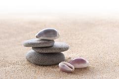 禅宗石头、沙子和贝壳 免版税库存照片