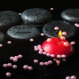 禅宗石头温泉静物画与下落的,珍珠成串珠状 库存照片