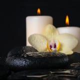 禅宗石头美好的温泉设置与下落特写镜头的, 库存图片