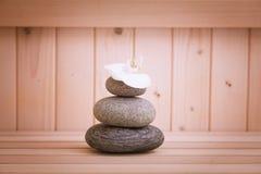 禅宗石头,在蒸汽浴的relaation背景 免版税库存图片