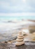 禅宗石头,背景完善的凝思的海洋 免版税库存图片