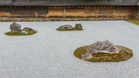 禅宗Ryoanji寺庙的假山花园在京都 免版税库存照片