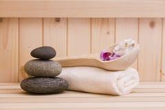 禅宗stonesand毛巾,在蒸汽浴的放松背景 库存照片
