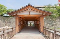 福井城堡Rokabashi被遮盖的桥在福井,日本 免版税库存照片