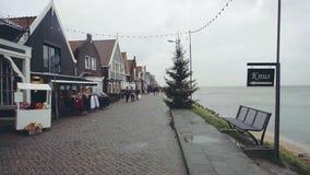 福伦丹,荷兰- 2017年12月30日 沿沿海岸区散步的传统荷兰房子 免版税库存照片