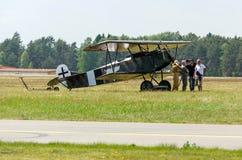 福克战斗机D VII与飞行员和乘员组 免版税库存图片
