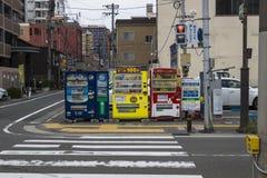 福冈,日本- 2017年9月13日:饮料在福冈街道上的自动售货机  免版税库存照片