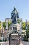 福冈,日本- 11月6 :Nichiren Shonin古铜色雕象  免版税库存照片