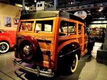 福特减速火箭的葡萄酒汽车陈列在博物馆 老葡萄酒汽车由木头制成 库存照片