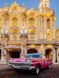 福特在哈瓦那歌剧院前面停放的Galaxie 库存照片