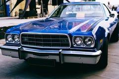 福特托里诺老样品的1973辆蓝色减速火箭的汽车 库存图片