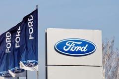 福特标志和旗子在卖的福特附近和服务中心 免版税库存图片