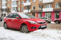 福特焦点在冬天街道停放了在降雪以后 免版税库存图片