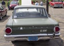 1964年福特猎鹰美国陆军汽车背面图 库存照片