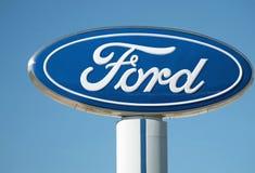 福特经销权标志和商标反对蓝天,底特律, 2017年10月17日 免版税库存图片