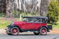 1929年福特驾驶在乡下公路的游览车 图库摄影