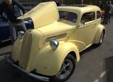 福特Anglia旧车改装的高速马力汽车 免版税库存照片