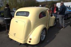 福特Anglia旧车改装的高速马力汽车 免版税库存图片