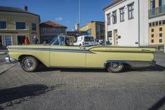 1959年福特Fairlane 2门敞篷车 图库摄影