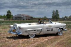 1953年福特Sunliner敞篷车开路车 免版税库存照片