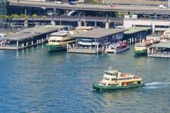 离去从环形码头的轮渡在悉尼 库存照片