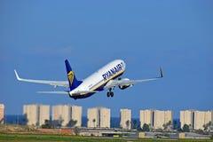 离去从阿利坎特机场的瑞安航空公司班机 免版税库存照片