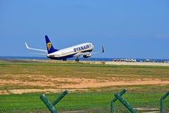 离去从阿利坎特机场的瑞安航空公司航空器 库存照片