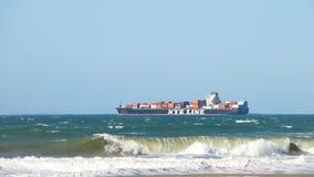 离去的货船NYK RUMINA旧金山湾 免版税图库摄影