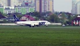 离去的SP-LLG全部-波兰航空公司波音737-400航空器 免版税库存图片