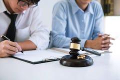 离婚判决婚姻的溶解或取消,丈夫和妻子在离婚过程中与律师或顾问和 免版税库存图片