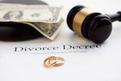 离婚旨令、惊堂木和婚戒 图库摄影