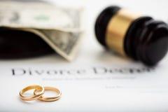 离婚旨令、惊堂木和婚戒 库存图片