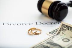 离婚旨令、惊堂木和婚戒 免版税库存照片