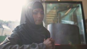 离婚麻烦边缘的急切阿拉伯女性遭受的重音孤独的女性  影视素材