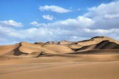 离开与蓝天和白色云彩的风景在背景,甘肃,中国中 图库摄影