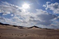 离开与蓝天和白色云彩的风景在背景,甘肃,中国中 免版税库存照片