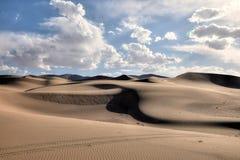 离开与蓝天和白色云彩的风景在背景,甘肃,中国中 免版税库存图片