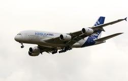 离开为演示飞行的空中客车Industrie A380现代民用班机在Zhukovsky在MAKS-2013 airshow期间 免版税库存图片