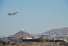 离开从手段机场的飞机在伊拉克利翁在克利特 免版税图库摄影