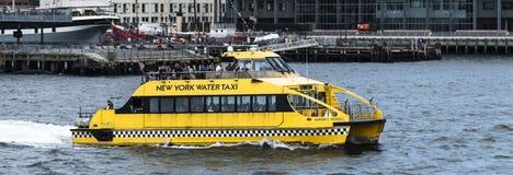 离开从码头的黄色纽约水出租汽车 免版税库存图片