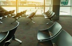 离开休息室内部空位在机场,与椅子的等候室 免版税库存图片