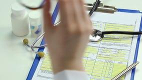 离开听诊器和玻璃的疲乏的女性医生,有从工作的断裂 股票录像