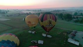 离开在一个有雾的秋天早晨的热空气气球 影视素材