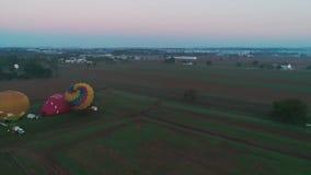 离开在一个有雾的秋天早晨的热空气气球 股票录像