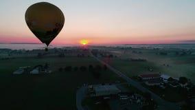 离开在一个有雾的秋天早晨的热空气气球 股票视频