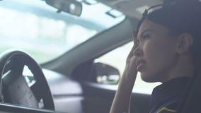 离开在小队汽车,用尽的工作,坚硬义务的疲乏的女警盖帽 股票录像