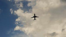 离开在日落以为背景非常美丽的云彩的乘客飞机 库存图片