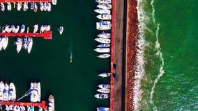 离开小游艇船坞的鸟瞰图小船 股票录像